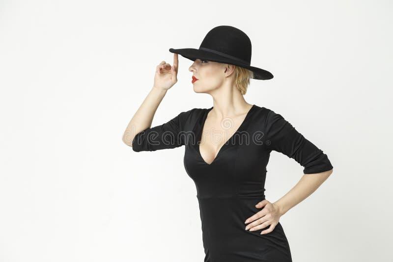 Menina em um chapéu em um fundo branco imagem de stock