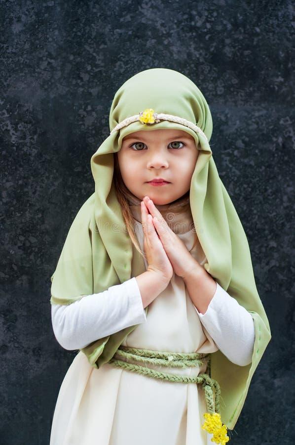 Menina em um equipamento do Natal Attire para a reconstrução da história do nascimento de Jesus Christ Girl no traje bíblico, imagens de stock royalty free
