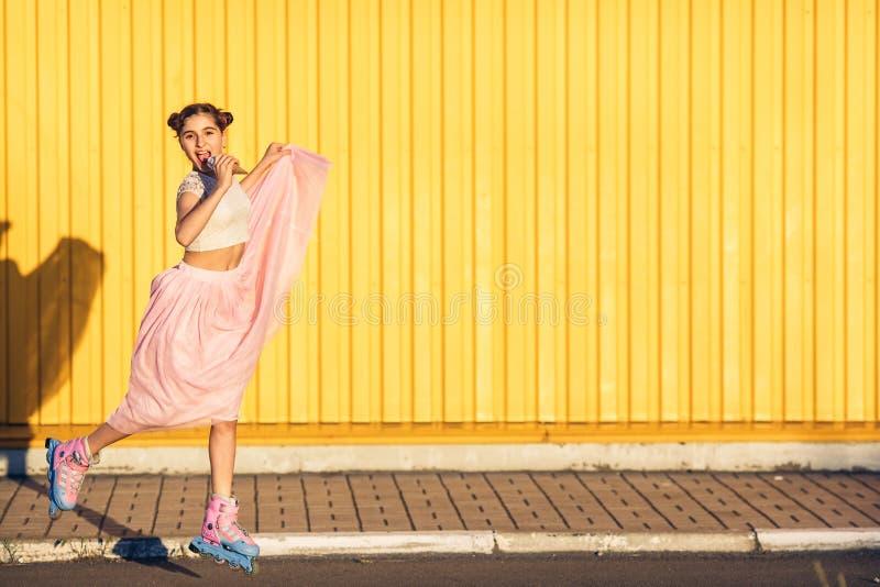 Menina em um fundo amarelo da parede imagem de stock