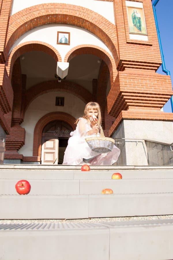Menina em um fundo da igreja ortodoxa fotografia de stock