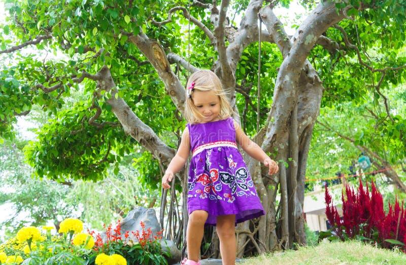 Menina em um jardim tropical Árvore dos bonsais fotografia de stock royalty free