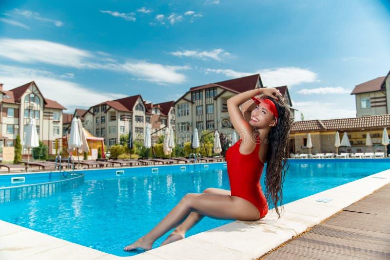 Menina em um maiô vermelho perto da associação imagem de stock