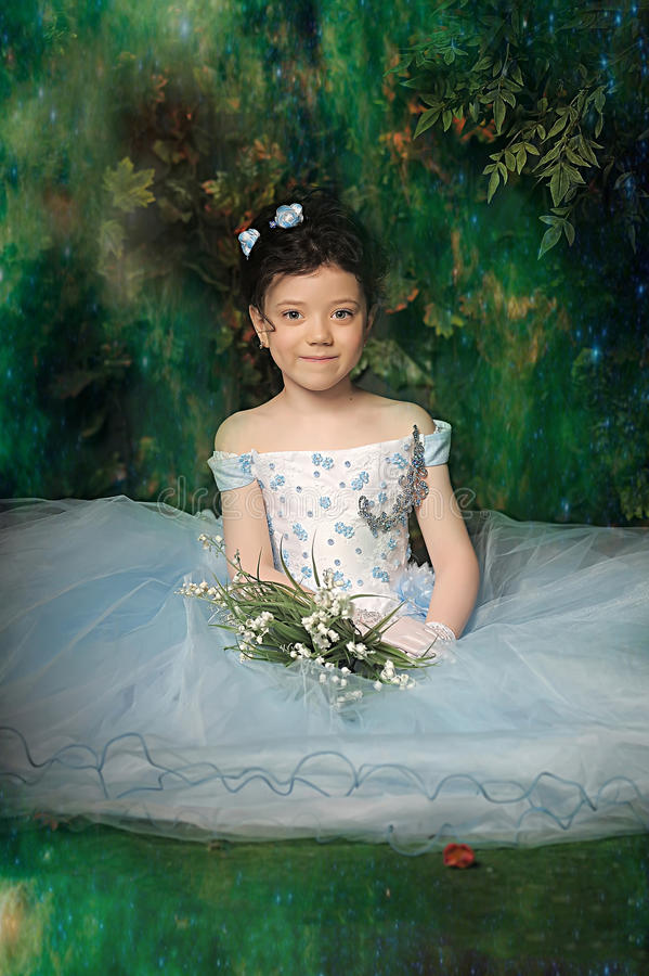 Menina em um pálido - vestido de bola azul fotografia de stock royalty free