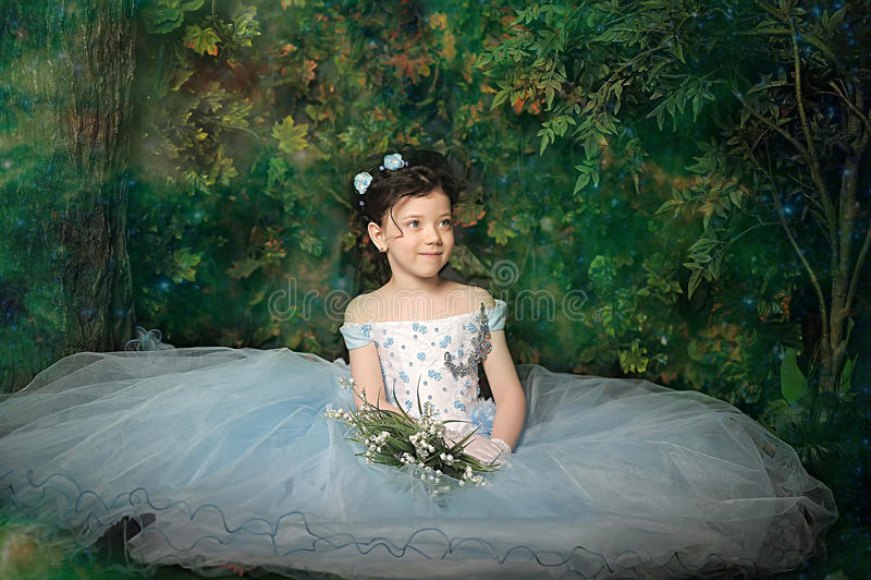 Menina em um pálido - vestido de bola azul imagem de stock