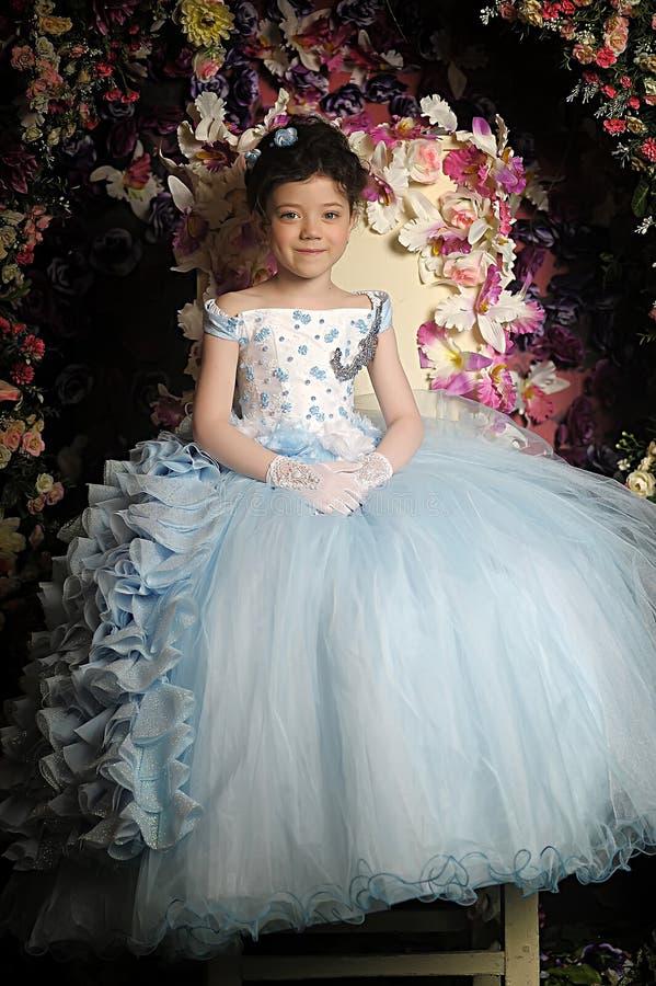 Menina em um pálido - vestido de bola azul imagens de stock