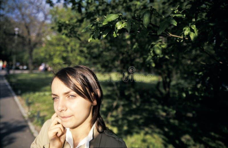 Menina em um parque fotografia de stock royalty free