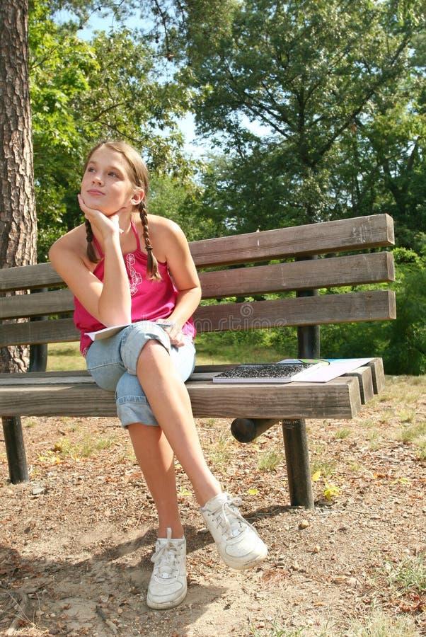 Menina em um parque, ajuste ao ar livre fotos de stock