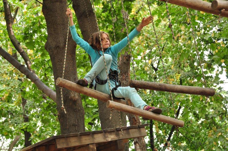 Menina em um parque de escalada da atividade da aventura imagens de stock royalty free