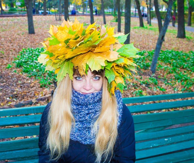 Menina em um parque em Wienke das folhas de outono no parque Close-up imagem de stock