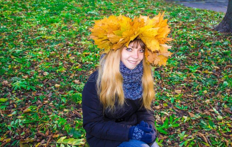 Menina em um parque em Wienke das folhas de outono no parque Close-up imagens de stock