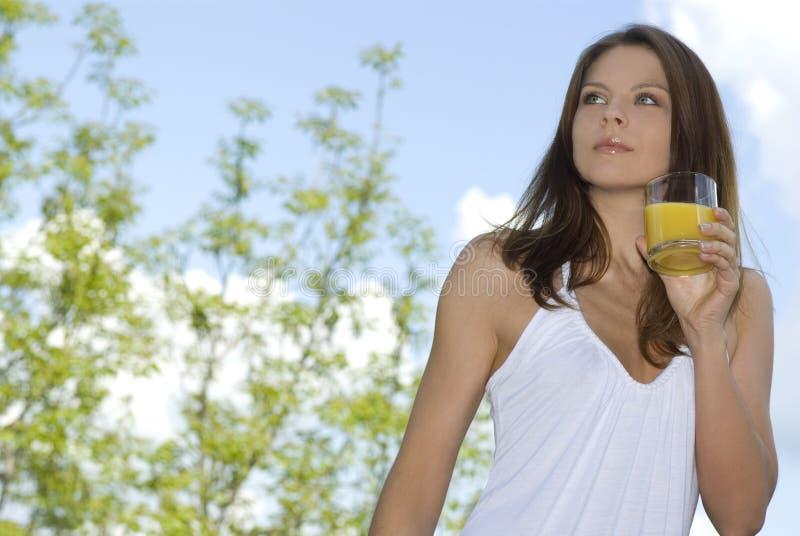 Menina em um prado que aprecia o sol imagens de stock