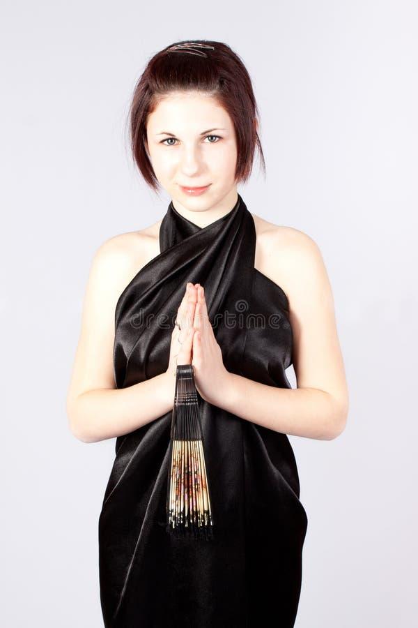 Menina em um quimono e ventilador imagem de stock royalty free
