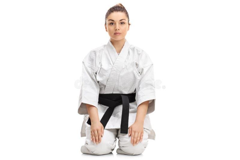 Menina em um quimono que senta-se no assoalho fotos de stock royalty free