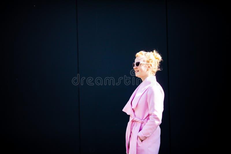 A menina em um revestimento cor-de-rosa elegante fotos de stock royalty free