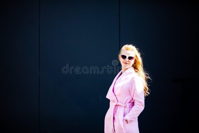 A menina em um revestimento cor-de-rosa elegante fotografia de stock royalty free