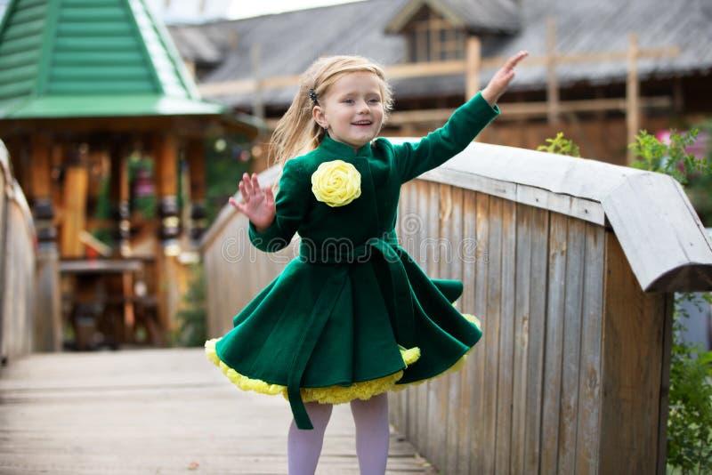 Menina em um revestimento verde imagens de stock royalty free