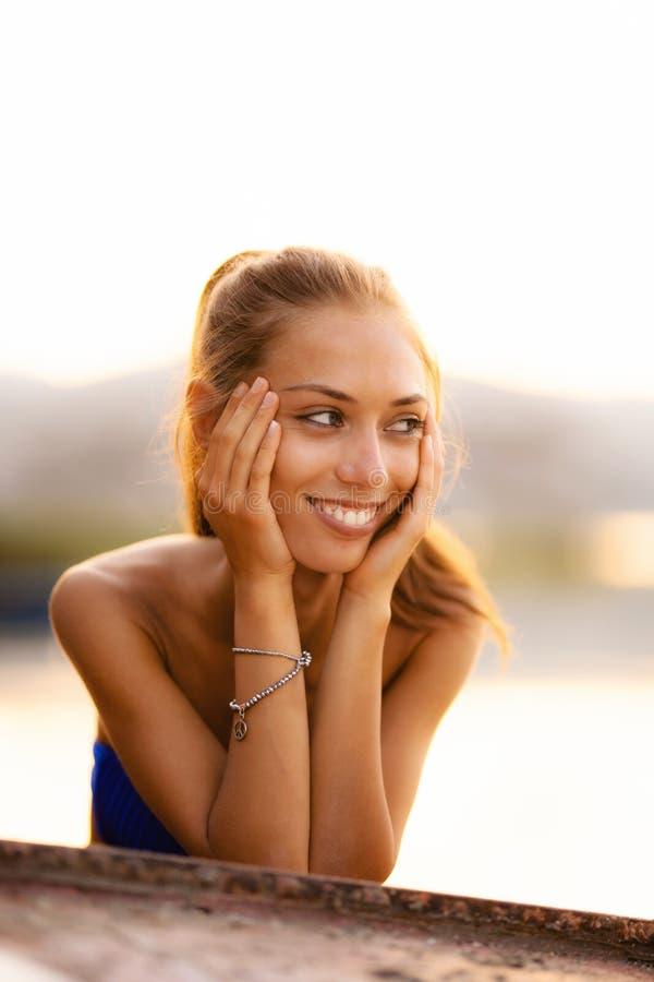 Menina em um sorriso de cabeça para baixo do barco a remos imagens de stock