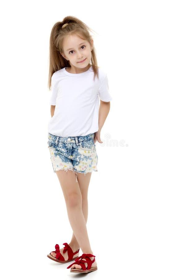 Menina em um t-shirt branco puro para o anúncio e o short imagem de stock