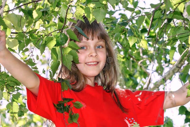 Menina em um t-shirt vermelho fotos de stock royalty free