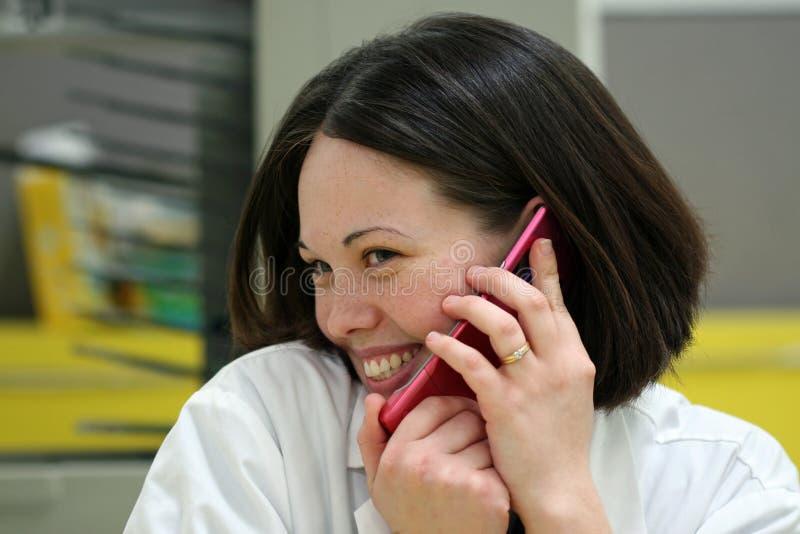 Menina em um telefone de pilha foto de stock