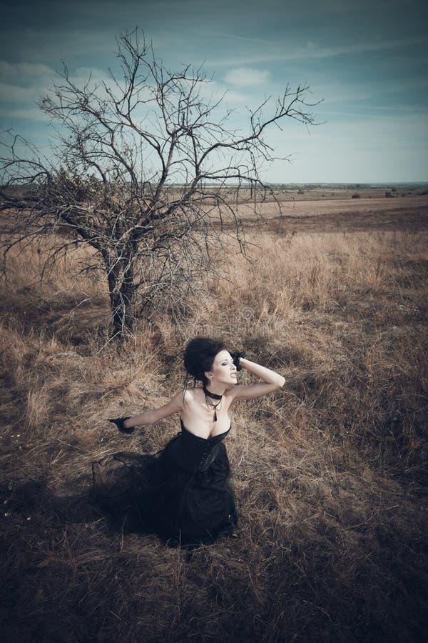 A menina em um terno gótico foto de stock royalty free