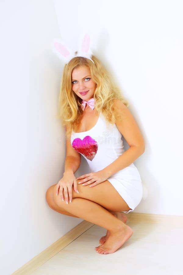 Menina em um traje do coelho fotos de stock