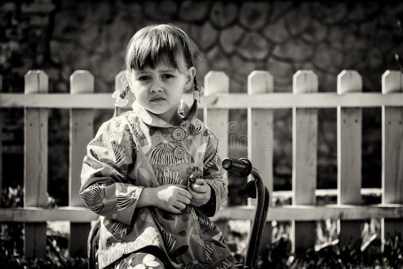 Menina em um triciclo retro foto de stock royalty free