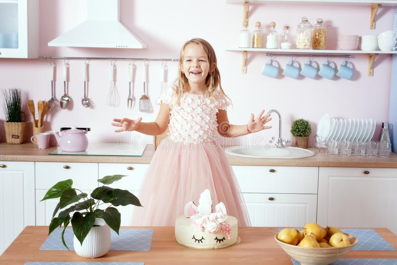 A menina em um vestido bonito está estando na cozinha fotografia de stock royalty free