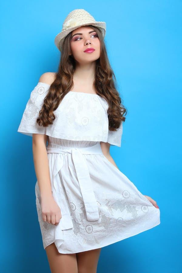 Menina em um vestido branco fotografia de stock