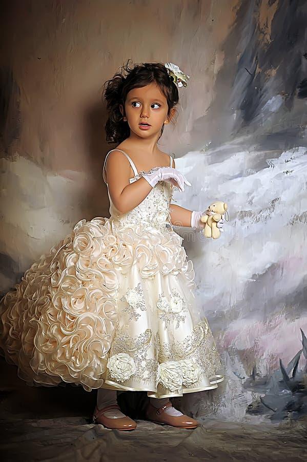 Menina em um vestido branco da princesa fotografia de stock