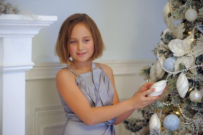 Menina em um vestido cinzento pálido imagens de stock