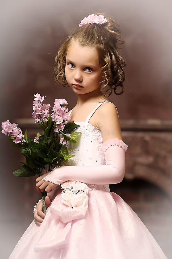 Menina em um vestido cor-de-rosa foto de stock royalty free