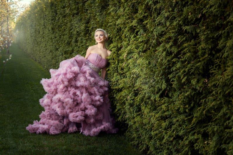 Menina em um vestido cor-de-rosa bonito fotos de stock