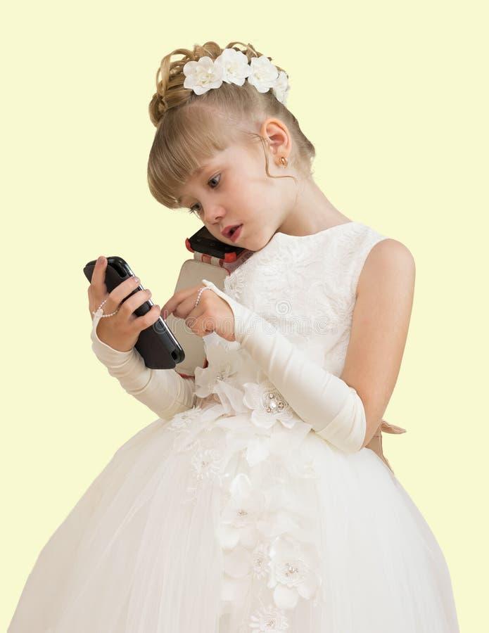 menina em um vestido de bola que fala no telefone fotografia de stock