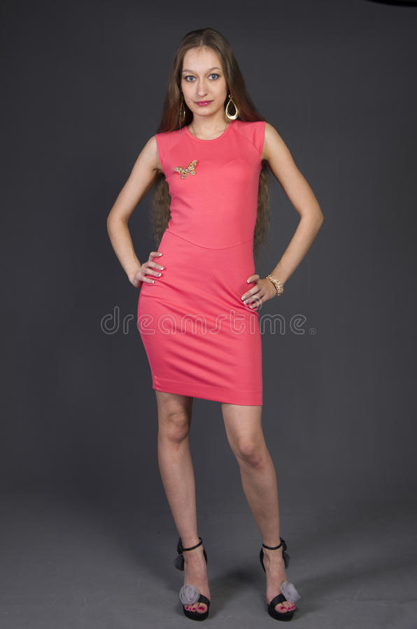 Menina em um vestido de noite cor-de-rosa foto de stock