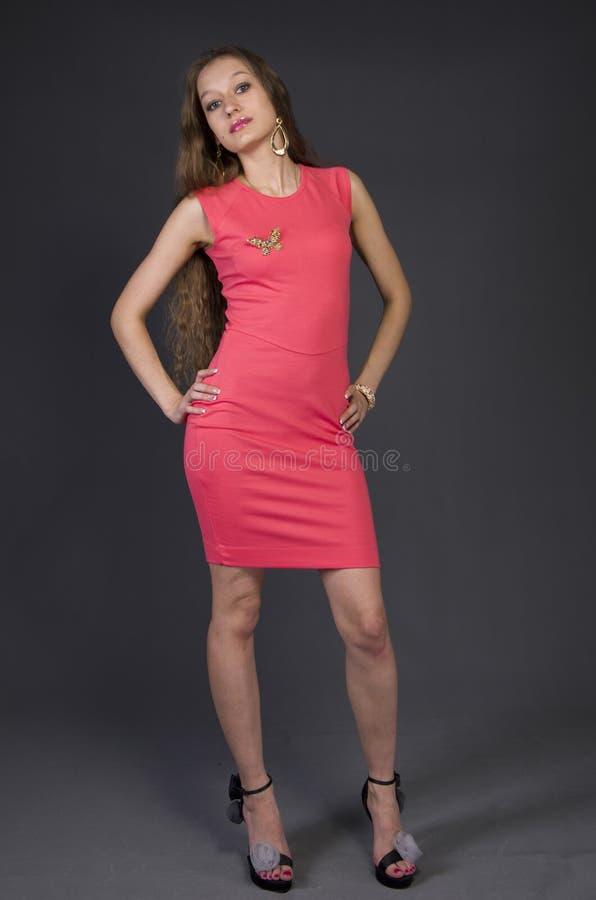 Menina em um vestido de noite cor-de-rosa imagem de stock