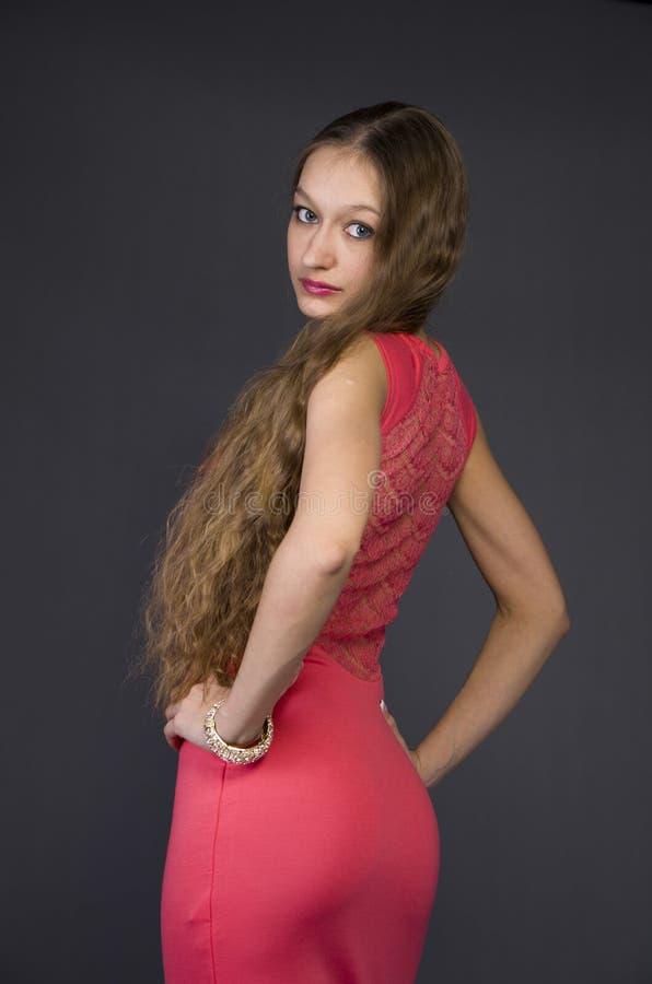 Menina em um vestido de noite cor-de-rosa imagens de stock royalty free