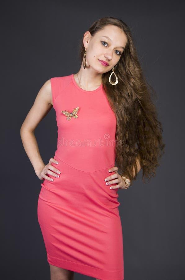 Menina em um vestido de noite cor-de-rosa fotos de stock