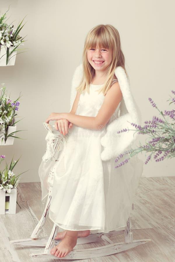 Menina em um vestido do anjo fotos de stock royalty free