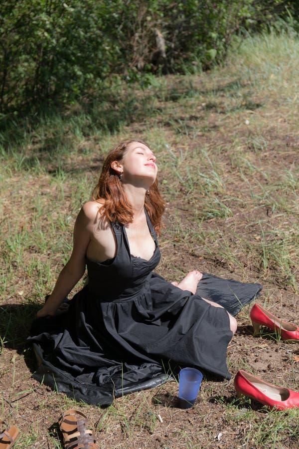 Menina em um vestido preto foto de stock royalty free