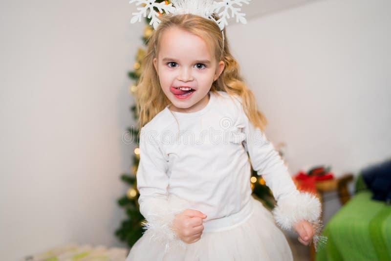 Menina em um vestido que dança em casa tendo o divertimento fotografia de stock royalty free