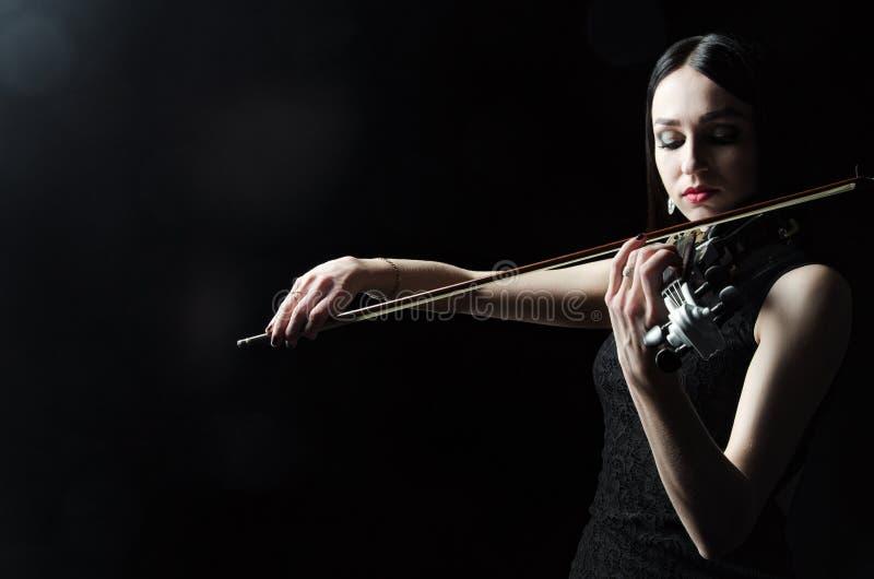 A menina em um vestido que joga o violino, arte, emoções fotos de stock
