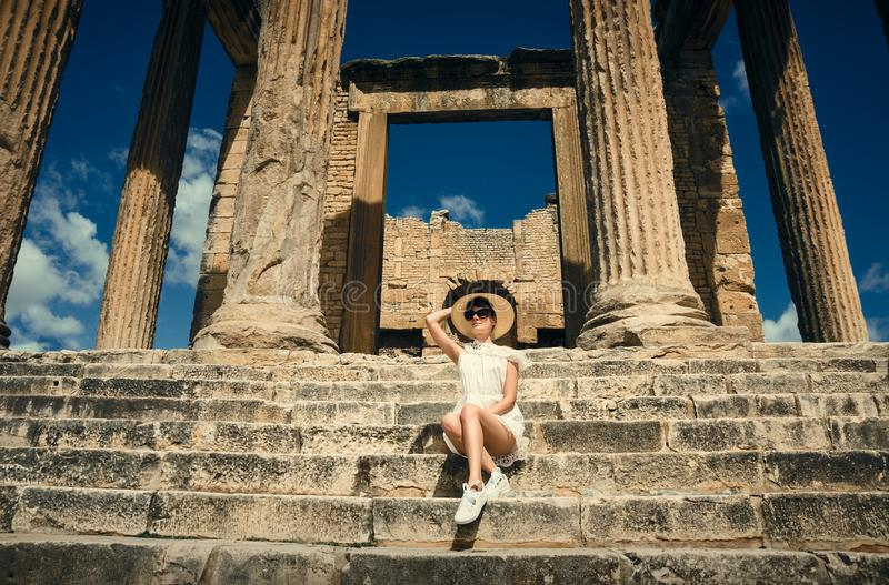 Menina em um vestido em ruínas capitol Curso, férias Tunísia, Dougga fotos de stock royalty free
