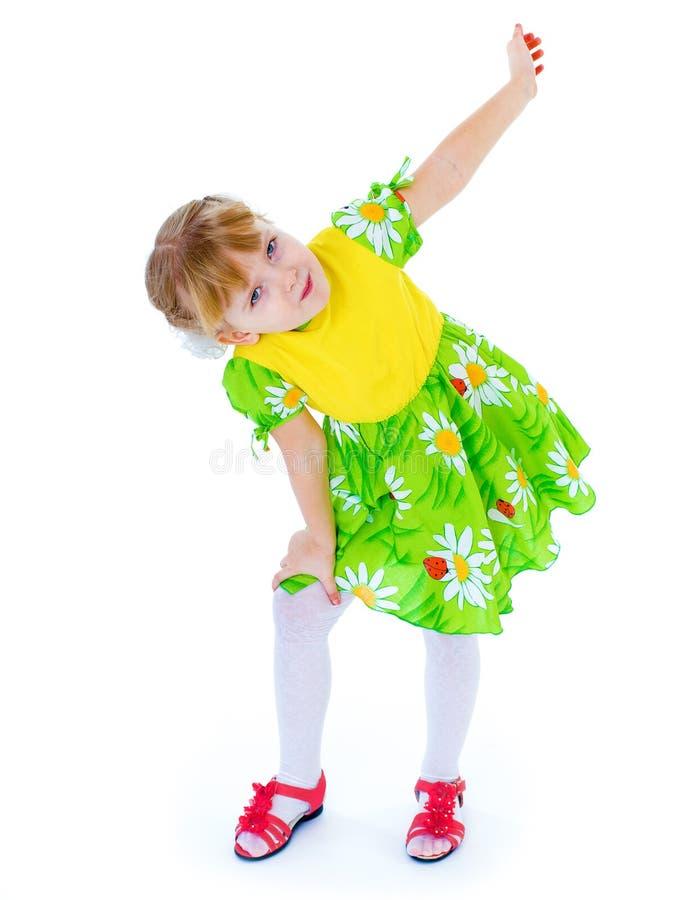 Menina em um vestido verde bonito que levanta com margaridas imagens de stock royalty free