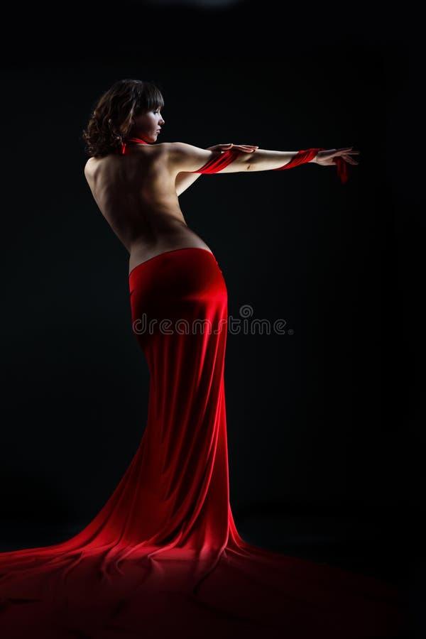 A menina em um vestido vermelho imagens de stock