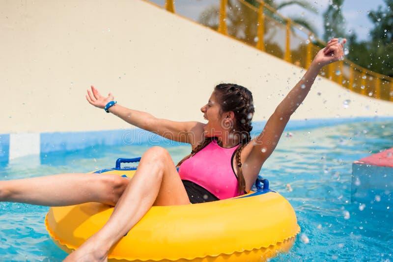 Menina em uma associação que senta-se em um flutuador inflável de borracha imagens de stock