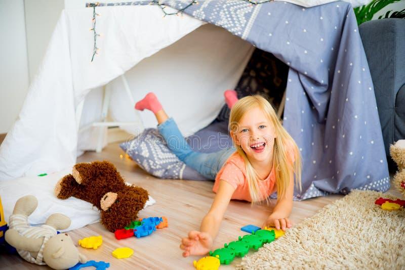 Menina em uma barraca do jogo imagem de stock royalty free