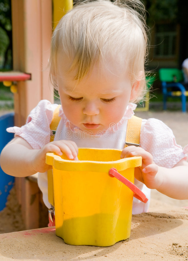 Menina em uma caixa de areia fotos de stock royalty free