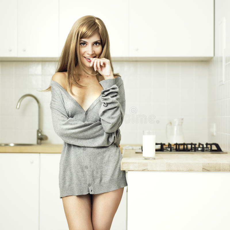 Menina em uma cozinha acolhedor foto de stock royalty free