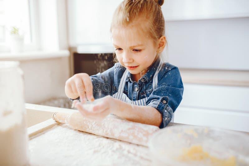 Menina em uma cozinha imagem de stock royalty free